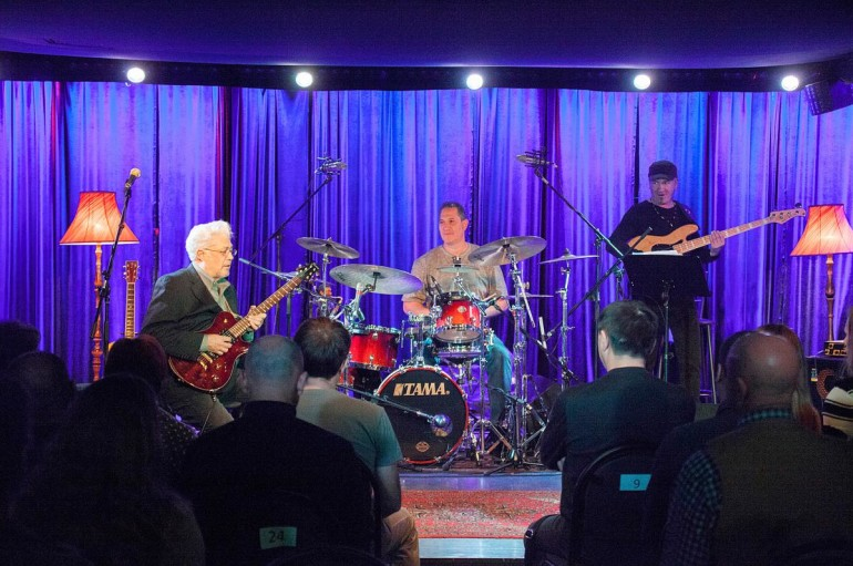 Larry Coryell Trio: Работа для крепких парней